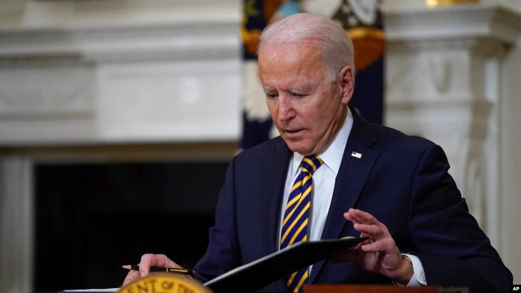 Madaxweyne Biden oo laalay xayiraadii saarneyd soogalootiga Mareykanka